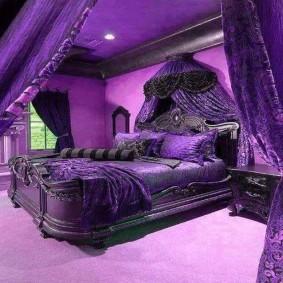 Роскошная кровать в спальне с фиолетовым потолком