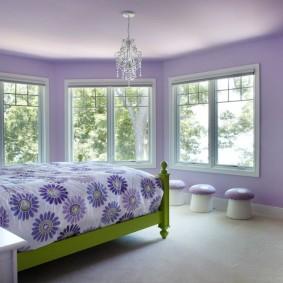 Деревянная кровать в просторной спальне