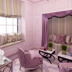 Красивые шторы с ламбрекеном в комнате с нишей