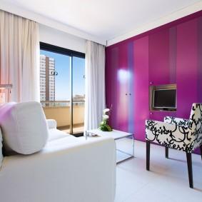 Яркая стена в комнате с большим окном