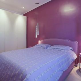 Однотонная стена за изголовьем кровати