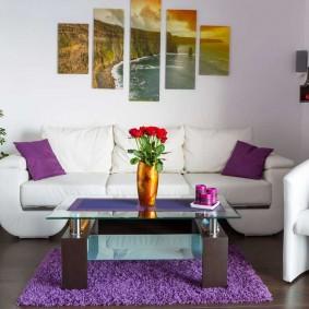 Фиолетовые подушки на белом диване