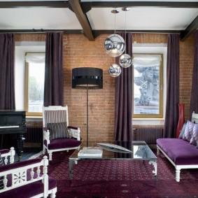 Узкие окна в комнате с фиолетовым ковром
