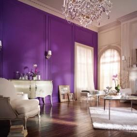 Фиолетовая стена в комнате с высоким потолком