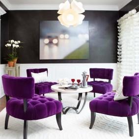 Мягкие стулья с фиолетовой обивкой