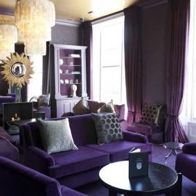 Освещение комнаты с темной мебелью