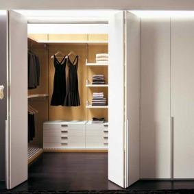 Складные двери на встроенном гардеробе