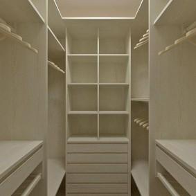 Белые полки в маленькой гардеробной