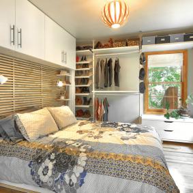Открытая гардеробная в спальне частного дома