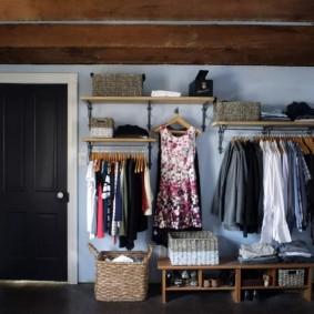 Металлические стеллажи в открытом гардеробе