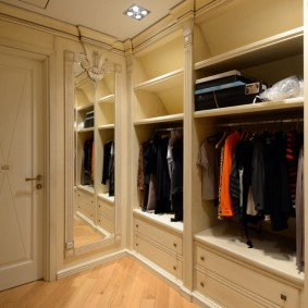 Расстановка мебели в гардеробной небольшой площади