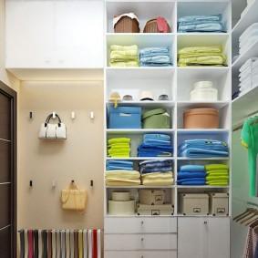 Белые полки в светлой гардеробной