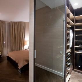 Компактный гардероб в интерьере спальни