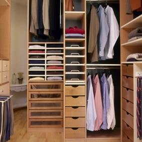 Полки и ящики внутри гардеробной комнаты