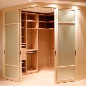 Встроенный гардероб в углу комнаты