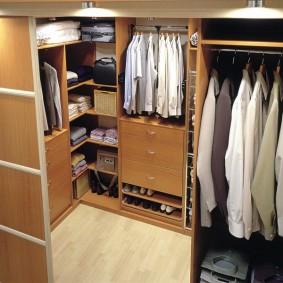 Мужские рубашки на плечиках в гардеробе