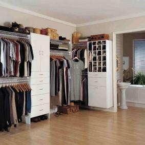 Открытая система хранения одежды в жилой комнате
