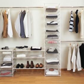 Металлические стеллажи в гардеробную комнату