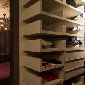 Удобные полки на стене гардеробной
