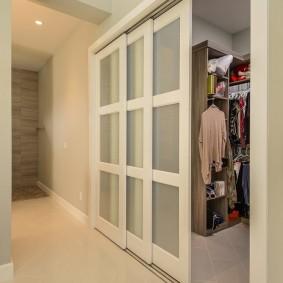 Сдвижные двери со вставками из стекла