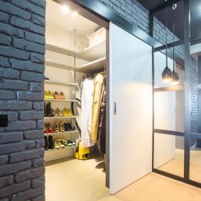 Яркий свет в гардеробной за сдвижной дверью