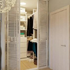 Освещение маленькой гардеробной в квартире