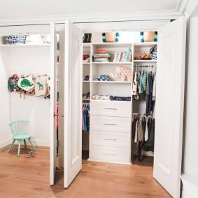 Распашные двери на гардеробной в мансарде