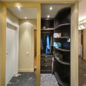 Большое зеркало на двери в гардеробную комнату