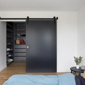 Черная дверь на гардеробе в спальне