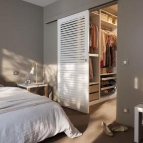 Белая дверь с щелями для естественного проветривания