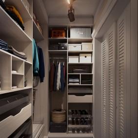 Серая мебель в уютной гардеробной