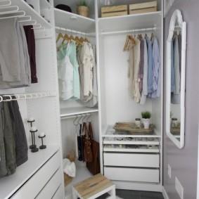 Белый коврик на полу в гардеробной