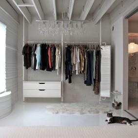 Открытая система хранения одежды на металлических стеллажах