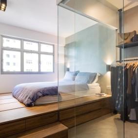 Зонирование стеклянной перегородкой спальни с гардеробом