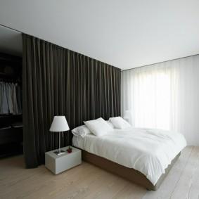 Черная штора в спальной комнате
