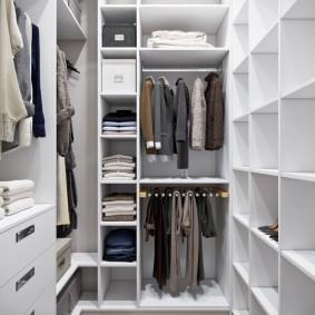 Открытые полки и отсеки для вешалок в гардеробном помещении