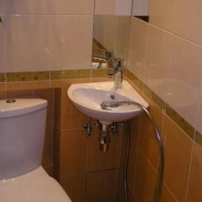 Угловая раковина в небольшом туалете