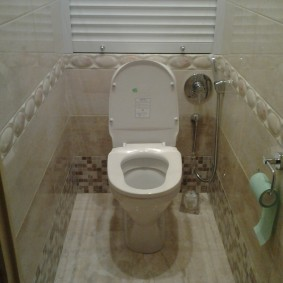 Гигиенический душ в углу туалета
