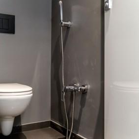 Встроенный гигиенический душ на серой стене