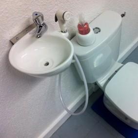 Компактная раковина для мытья рук в туалете