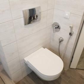 Хромированный блок над унитазом в туалете