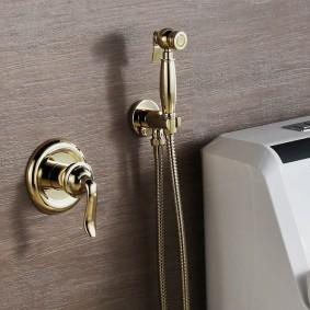 Рычаговый смеситель на стене в туалете