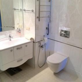 Раковина в ванной комнате с выступом в стене