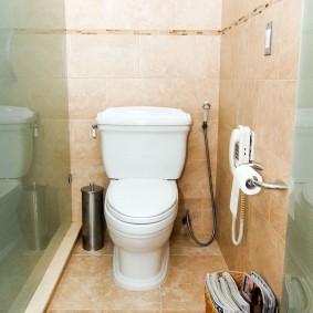 Узкий туалет с унитазом на полу
