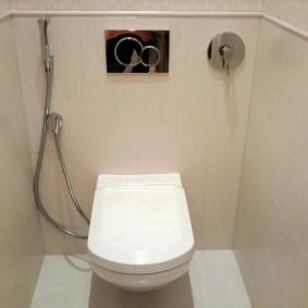 Обшивка ПВХ-панелями стен в туалете