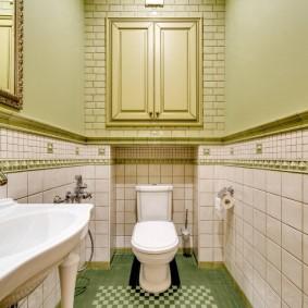 Встроенный шкафчик на стене туалета