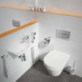 Деревянные полочки в ванной комнате