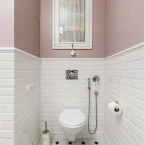 Шкафчик с матовым стеклом в узком туалете