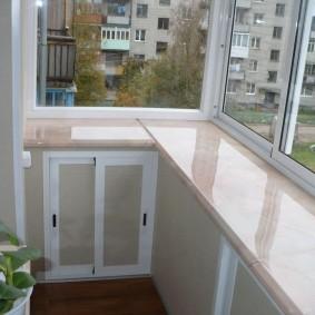 Пластиковый подоконник на балконе с выносом