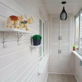 Белая отделка балкона в стиле прованса